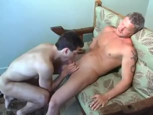 Ragazzi maturi e muscolosi in un'incantevole sessione di sbandate