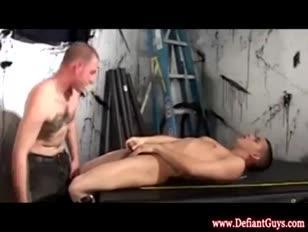 Giovani omosessuali che succhiano il loro primo weenie