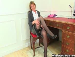 La milf britannica si toglie i suoi vestiti da assistente e gioca