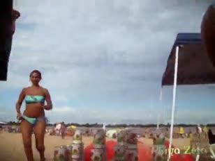 Stivaletto ginormous sulla spiaggia