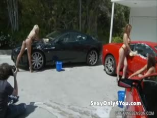 Angelo scuro e 2 pulcini che lavano mammelle e auto