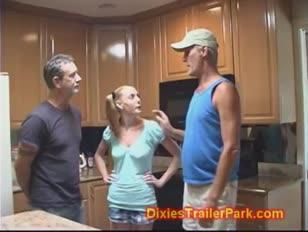 Il coguaro e il marito attirano la loro dolcissima ragazza dolce